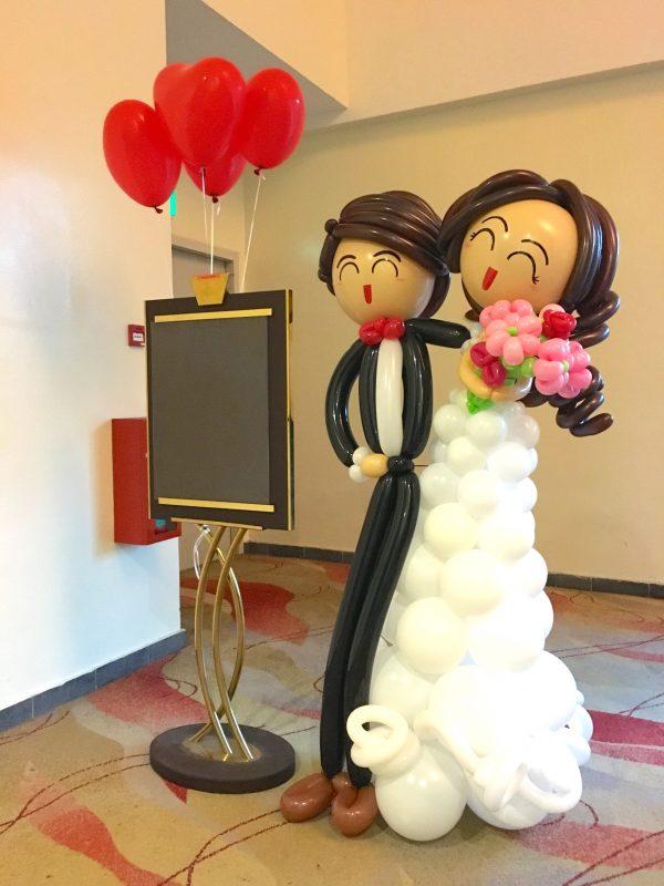 Balloon wedding couple sculpture scaled